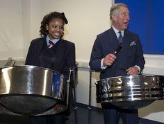 El príncipe Carlos de Inglaterra celebró los 10 años de la Academia Pimlico de Londres y que en junio será abuelo, palillos en mano, tocando la batería.
