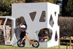 Spielhaus im Garten – modernes Kinderspielhaus aus Holz