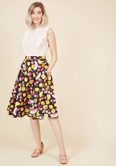 <p>It's fun, it's flirtatious, and it's fabulously fashionable - your reveal of this black midi skirt is the moment of 'fruit'! Illustrated berries, cherries, citrus, and melons are painted in yellow, pink, and mint hues on this cotton bottom, which calls on a high-waisted silhouette and hidden pockets to complete its chic sweetness.</p>