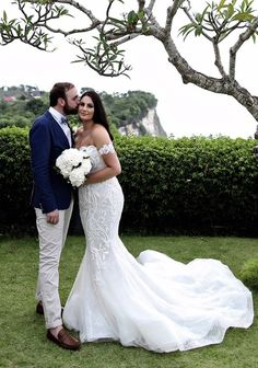 How to save thousands on your wedding day, coutoure second hand wedding dresses.