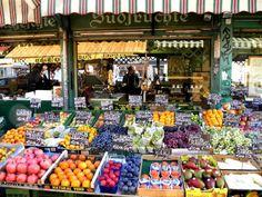 """Der Naschmarkt im 6. Wiener Gemeindebezirk, Mariahilf, ist mit 2,315 Hektar der größte innerstädtische Markt der Stadt. Er liegt zwischen der Linken Wienzeile und der Rechten Wienzeile auf dem hier eingewölbten Wienfluss. Unter dem Motto """"Was es am Naschmarkt nicht gibt, brauchen Sie nicht."""" führen die Marktstände an der Wienzeile einfach alles. Wo japanische Buffets, …"""