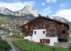 Oldest surviving wooden house in Europe - Built 1287 in Schwyz in central Switzerland - Amazingly the house still stands more than 700 years later, now a museum. Winterthur, Zermatt, Switzerland House, Swiss Chalet, Mansions Homes, Hotels, Wooden House, Resort Style, Mountain View