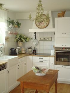 A shabby chic kitchen is now one of the most sought after kitchen style. Creating a shabby chic kitchen look doesn't have to cost a fortune. Small French Country Kitchen, Small Country Kitchens, Country Kitchen Designs, Farmhouse Style Kitchen, Country French, French Kitchens, Modern Farmhouse, Modern Country, Farmhouse Ideas