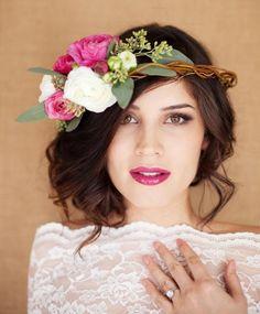 Brautfrisur mit Blumenkranz aus Blüten in attraktiver Farbe