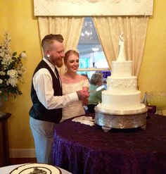 Cutting the cake for a summer wedding. Turn your wedding or reception into a fabulous event at one of the best wedding venues in Houston.