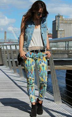 As peças variam, estando presente desde nas calças jeans, camisas, jaquetas, saias, bermudas e shorts.