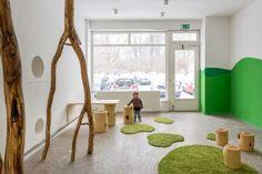 Kita-Berlin Drachenhöhle Interieur Teppich-Wand Grün-Baum Kletterstange Design