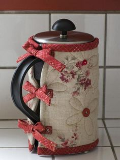 Linen & Red French Press Cozy / Patchwork Pottery Great idea for felting! Mug Cozy, Coffee Cozy, Small Sewing Projects, Sewing Hacks, Fabric Crafts, Sewing Crafts, Diy Pochette, Patchwork Quilting, Mug Rugs