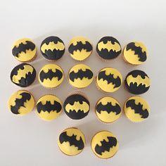 Batmancupcakes dus. Dat is wat onze kleine superheld wilde als traktatie voor zijn verjaardag. 20 stuks, want er zitten 20 kindjes in zijn derde kleuterklasje. Wat nodig? 20 cupcakes (volgens het recept van Laura's Bakery) Gele en zwarte rolfondant (vond ik bij Aveve) Scherp mesje Deegrol Ronde koekjesuitsteker Sjabloon Batman uitgeprint Zo ga je te Read More