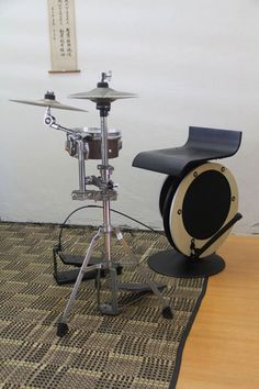 Peter Lau's Bass-throne Mini drum kit. Idea for gong stand surround