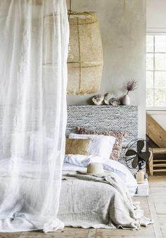 Cette chambre inspirée du style bord de mer est souligné par le choix des matières naturelles: mousseline, lin, osier.