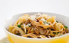 Pasta con asparagi e salsiccia - Oggi vi presentiamo la ricetta per preparare la pasta con asparagi e salsiccia, un delizioso primo piatto facilissimo e veloce che potete servire anche a cena.