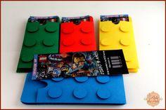 Tudo é incrível!!!    Convite Lego feito de papel 180gr e scrap  Impressão do convite em Offset 180gr (100% fosco)  Medidas aproximadas:  Convite: 14,5cm x 5,5cm  Envelope: 27cm x 8cm  Mínimo de 20 peças    Temos mais opções de lembranças, consulte-nos!