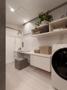 【#ミサワホームイングデザインリフォーム 】ユーティリティースペースのリフォーム提案。家事テーブルやハンガーポールを設えて収納も充実。 明るく清潔感溢れる効率的な空間です。キッチン⇔ユーティリティー⇔寝室と動線もスムーズに。 ミサワホームイング三鷹マンションリフォームモデルルーム #リフォーム #リノベーション #住まい #インテリア #インテリアコーディネート #インテリアデザイン #マンションリノベーション #マンションリフォーム #ユーティリティー #家事スペース #家事コーナー #家事室 #洗濯スペース #ハンガーポール #収納 #家事机 #脱衣室 #収納棚 #ミサワホームイング #intelimia