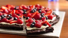 Voulez-vous épater les amateurs de chocolat? Préparez une délicieuse pizza-dessert garnie d'une couche crémeuse et de petits fruits acidulés.