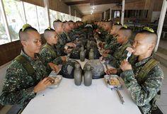 De jeunes recrues des marines déjeunent avec beaucoup de maintien après une séance d'entraînement à Manille (Philippines), le 5 février 2013. ROMEO RANOCCO