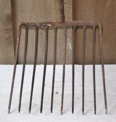 RUSTIC HEAVY CAST IRON & WOOD HANDLE 10 PRONG GARDEN OR FARM FORK COUNTRY DECOR