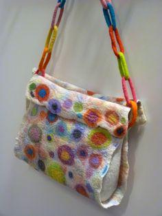 Vrolijke tas van vilt. Gemaakt door Annet.