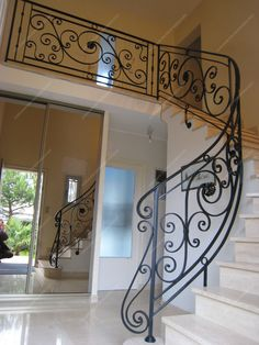 Rampes Traditionnelles Modern Stair Railing, Wrought Iron Stair Railing, Stair Railing Design, Modern Stairs, Balcony Railing, Steel Bed Design, Beautiful Stairs, Mexico House, Staircase Makeover