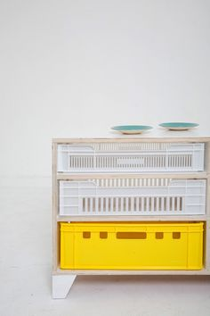 TOMMY BUFFET Buffet x x Made of wood and plastic fruit crates. Available in other crate colours and reclaimed scaffolding wood. Size can be adapted under pettion. Milk Crate Furniture, Crate Desk, Crate Bookcase, Crate Shelves, Crate Storage, Crate Nightstand, Crate Table, Dog Crate, Buffet