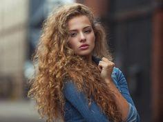 Włosy kręcone – wszystkie zasady pielęgnacji i stylizacji