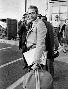 Paul Newman et son sac weekend. Notez l'écharpe nonchalamment nouée à l'anse ;) #sac  Paul Newman and his weekender bag. Note the scarf casually tied to the handle ;) #bag