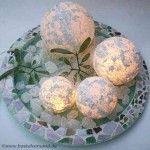 Ein schöner Basteltipp für Weihnachten und den Winter - beleuchtete Schneekugeln aus Acrylkugeln, Strukturpaste, Dekoschnee und Streuflitter