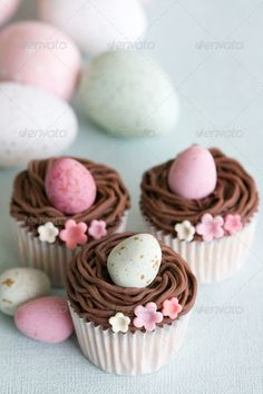 Easter is comin so why not to get some inspiration and plan the eprfect Easter cupcakes ahead? Get these 20 Easter cupcakes ideas and throw the best brunch! Oster Cupcakes, Egg Cupcakes, Spring Cupcakes, Mini Cupcakes, Cupcakes For Easter, Pretty Cupcakes, Burger Cupcakes, Simple Cupcakes, Easter Cake Pops