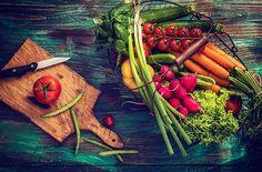 Se régaler avec des légumes du printemps Si l'on souhaite manger de bons produits tout au long de l'année, il est primordial de respecter les saisons ! Alors au mois de mars, on abuse des carottes, des endives et des poireaux et l'on se délecte d'ananas, de mangue, et d'avocat. Voici une petite série de 3 recettes de saison pleines de saveurs et de couleurs qui vous permettront d'abuser de ces fruits et légumes sans modération !