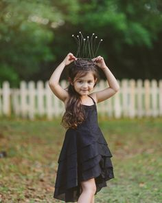 This is Scout Larson, she is 3 years old and she lives in Florida, USA. Over the past few months, her mother Ashley has helped the girl dress like famous f Cute Baby Girl Pictures, Cute Girl Pic, Cute Girls, Dresses Kids Girl, Kids Outfits, Cute Little Baby Girl, Cute Kids Photography, Cute Baby Wallpaper, Kid Poses