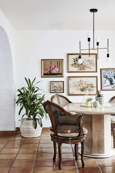 From a hand-painted mural to vintage gallery walls, this Southwestern home is full of thoughtful ideas while staying true to its desert roots. Dining Room Wall Decor, Dining Room Design, Room Decor, Dining Rooms, Dining Area, Kitchen Dining, Southwestern Home, Desert Homes, A Table