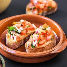 Bruschetta med tomatsalsa - Recept - Tasteline.com Diner Recipes, Snack Recipes, Snacks, Christmas Dinner Menu, Easter Dinner, Tapas, Bruschetta, Sugar And Spice, Deli