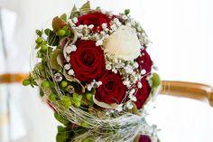red rose wedding flower bridal bouquet arrangement by © Radmila Kerl wedding photography munich Brautstrauß mit roten Rosen und einer weißen Rose in der Mitte, außen etwas grün von © Radmila Kerl Hochzeitsfotografie München