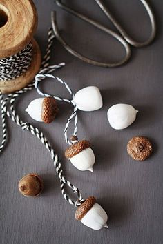 Autumn is craft time - DIY ideas for autumn decoration tinker with acorns - DIY Weihnachten - noel Acorn Crafts, Fall Crafts, Christmas Crafts, Christmas Ornaments, Rock Crafts, Nature Crafts, Thanksgiving Crafts, Homemade Christmas Tree Decorations, Autumn Decorations