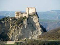 San Leo. Een van de aller- allermooiste uitzichtspunten van de regio Le Marche. Met vergezichten tot San Marino, de Adriatische zee en de Apennijnen. En ..... vanuit www.lucertola.nl een weergaloos fraaie rit er naar toe. (Excuseer de overtreffende trappen maar daar vraagt deze plek om ;-) )
