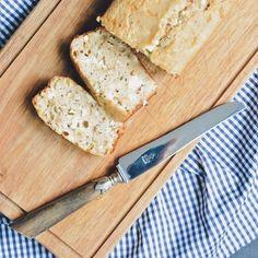 Une nouvelle recette de cake sans gluten ni lait de vache bien moelleux est en ligne sur mon blog ➡️ www.22vlascarlett.fr J'y ai mis de la farine de châtaigne, de la feta, de la ciboulette fraîche et des pignons de pin. Trop bon ! 😋😍 #recette #cake #sansgluten #glutenfree #sanslaitdevache #faitmaison #aperitif #apero #aperodinatoire #aperitifdinatoire #tropbon #livegoodeatgood