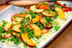 God opskrift på spidskålssalat med nektariner og ærter. Salaten er både nem og særdeles sund, og nektariner kan skiftes ud med ferskner.