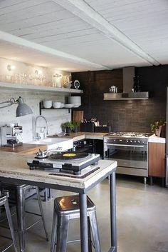 This rustic industrial kitchen is a modern designer's dream. Diy Interior, Kitchen Interior, New Kitchen, Kitchen Dining, Awesome Kitchen, Rustic Kitchen, Island Kitchen, Urban Kitchen, Loft Kitchen