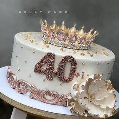 """Confeitaria em casa en Instagram: """"De 0 a 10, qual sua nota para esse bolo Incrível? 😍🎂 . SIGA: 👉 @profissionalnaconfeitaria . By: @kelly_kaxe"""" 40th Birthday Cake For Women, Queens Birthday Cake, Girly Birthday Cakes, Elegant Birthday Cakes, 40th Birthday Decorations, Beautiful Birthday Cakes, Queen Birthday, 40th Birthday Parties, Beautiful Cakes"""