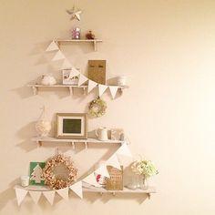 棚をつかってクリスマスツリーも再現しちゃう! クリスマスツリーが飾れないという人も、こんなツリーなら取り入れやすいのではないでしょうか♪
