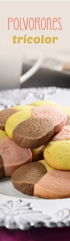 Prepare these delicious tricolor polvorones that are sandy and with a lot of butter flavor. They have the perfect texture of the traditional polvorón and they prepare very easy. The best of all is the presentation! Mexican Pastries, Mexican Sweet Breads, Mexican Bread, Mexican Food Recipes, Sweet Recipes, Bakery Recipes, Cookie Recipes, No Bake Desserts, Dessert Recipes