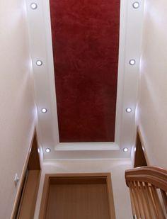 Schmaler Treppenaufgang mit  Deckengestaltung, Spachteltechnik, Stuckdesign, Wandgestaltung und Licht interessant in Szene gesetzt. Mehr dazu http://www.malerische-wohnideen.de/de/blog/schmaler-treppenaufgang-interessant-in-szene-gesetzt-deckengestaltung-wandgestaltung.html