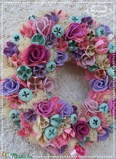 Energikus  tavaszi ajtódísz kopogtató (fabkata) - Meska.hu Burlap Wreath, Floral Wreath, Wreaths, Decor, Floral Crown, Decoration, Door Wreaths, Burlap Garland, Deco Mesh Wreaths