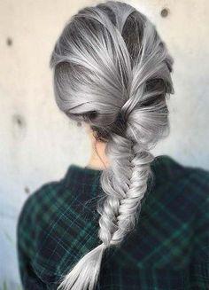 Lust auf einen völlig neuen Look? Dann ist magisches Silver Hair vielleicht genau das richtige für dich. Beauty-Experten küren den ausgefallenen Silber-Ton jetzt sogar zur beliebtesten Haarfarbe des Jahres, denn die Verkäufe der Coloration stiegen 2016 enorm, vor allem bei Frauen zwischen 22 und 28 Jahren.