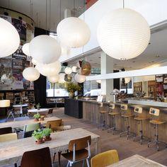 El Bar lobo está en el barrio del Raval, en Barcelona. Las cosas que me gustan: amplias mesas de madera y grandes ventanales, el ambiente in...