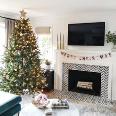 Who decked the halls this weekend? Our living room feels so festive now and a bit more crowded too. I'm thinking I need to add more contrast to our tree.always changing things over here 😉 . Diy Christmas Fireplace, Home Fireplace, Christmas Mood, Modern Christmas, Christmas And New Year, Classic Christmas Decorations, Christmas Decorations For The Home Living Rooms, Holiday Decor, Seasonal Decor