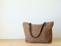 Ginger Linen Zip Tote | This screen-print linen tote bag is a pretty gingery/butterscotch color that goes well with just about everything!  Perfect for Fall.