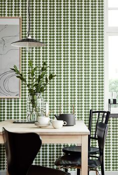 Timelessly contemporary, the Borastapeter Bersa wallpaper has been designed by Stig Lindberg as part of the Scandinavian Designers II collection. Green Leaf Wallpaper, Striped Wallpaper, New Wallpaper, Color Of The Year 2017, Stig Lindberg, Bright White Background, Arne Jacobsen, Room Interior Design, Contemporary Wallpaper