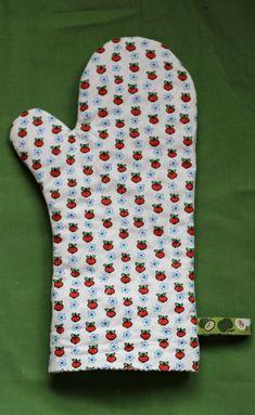 Ihr seid noch auf der Suche nach einer schönen Geschenkidee für die Oma, den Onkel, die Nachbarin, den Papa, den Freund oder die Freundin? Es sollte etwas sein, das ihr selbst genäht habt? Von mir bekommt ihr hier die Anleitung, wie ihr im Nu ein Paar Ofen- bzw. Grillhandschuhe nähen könnt. Ich persönlich würde mich jedenfalls sehr über ein neues Paar freuen, sehen meine doch mittlerweile so a ... Kitchen Gloves, Best Blenders, Oven Glove, Last Minute Gifts, Sewing Hacks, Diy And Crafts, Presents, Quilts, Handmade