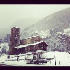 Esglesia de Canillo nevada. - Andorra